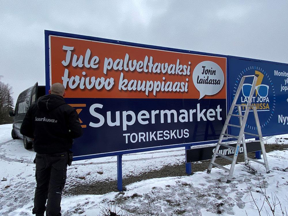Suurkuva-jips-ulkomainonta-mainostaulu-suurkuvatulosteet-tienvarsimainos-Torikeskus-Sastamala